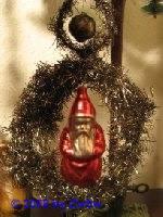 Tinselkranz mit Nikolauskugel